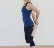 Razteg stegna_Mokini yoga