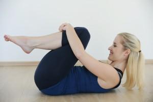 vaje-za-hujsanje_detox_hujsanje_kolena-k-sebi_mokini-yoga_zalozba-chiara